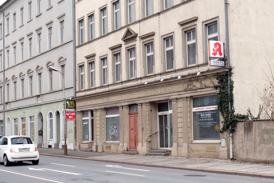 Die Buchstaben sind weg: Am Haus in der Bahnhofstraße 9 ist der Schriftzug, der auf die einst hier ansässige Rincksche Apotheke hinwies, entfernt worden.