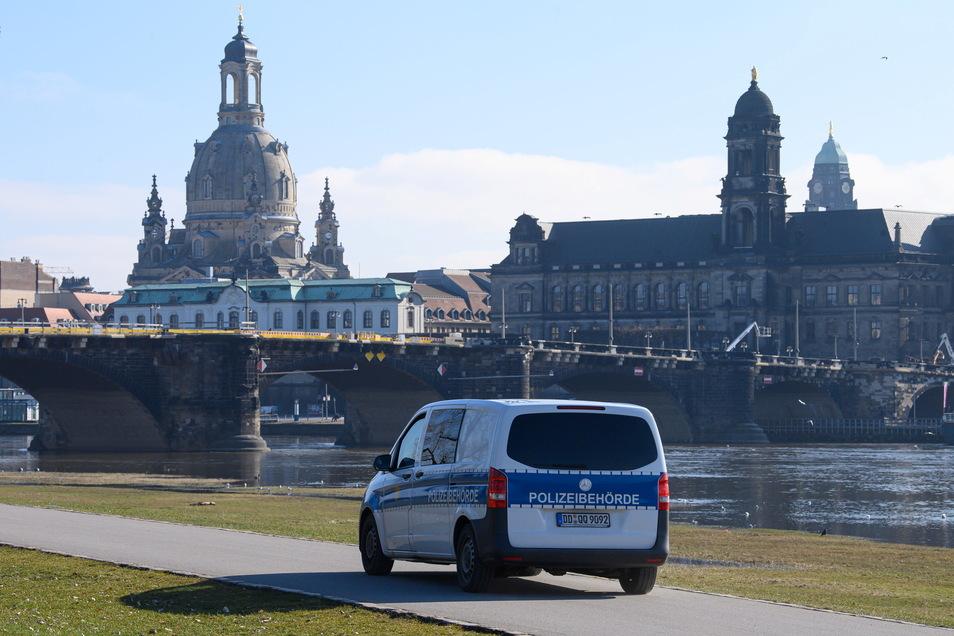 Polizeistreife auf dem Dresdner Elberadweg: Kann die Stadt langsam etwas aufatmen? Ab Montag gelten in Dresden neue Lockerungen.