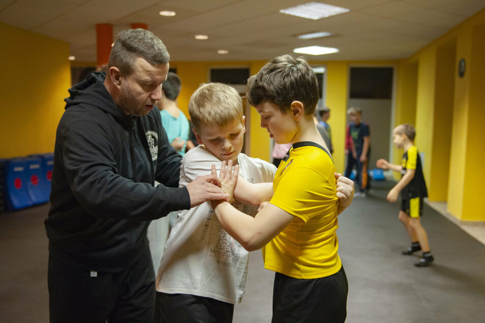 Bruno und Bastian (Mitte) üben Notwehrtechniken im Falle eines Angriffs mit Trainer Jan Thormeyer. Die Sportschule hat in Großenhain schnell Zulauf gefunden.