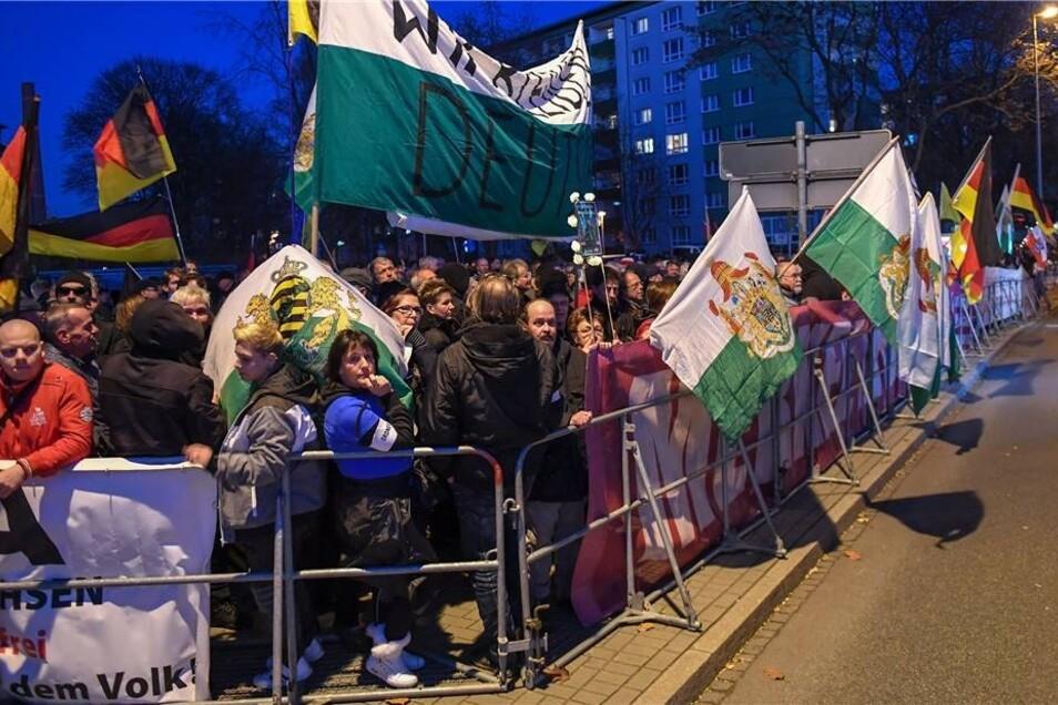 Rechte Gruppen protestieren am Rande des Besuchs von Bundeskanzlerin Merkel (CDU) in Chemnitz.
