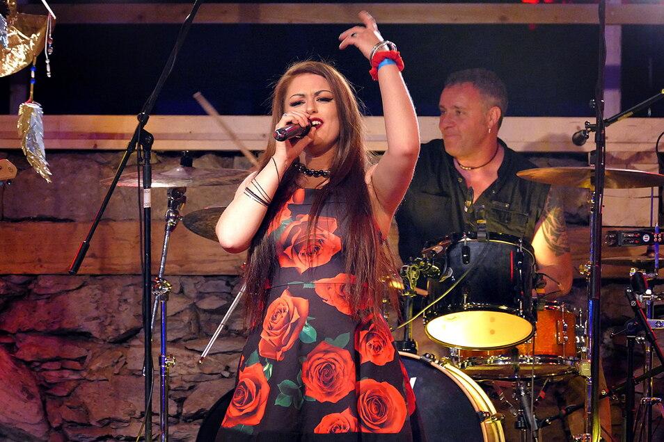 """Beim Blues & Rockfestival in Altzella trat vor zwei Jahren die französische Blues-Rock-Band """"Rosedale"""" mit Sängerin Amandyn Roses auf."""