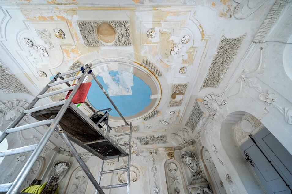Die blaue Farbe an der Decke stammt noch von der Sanierung in den 1960er Jahren. Darunter befinden sich mehrere historische Anstriche, die es zu entdecken gilt.