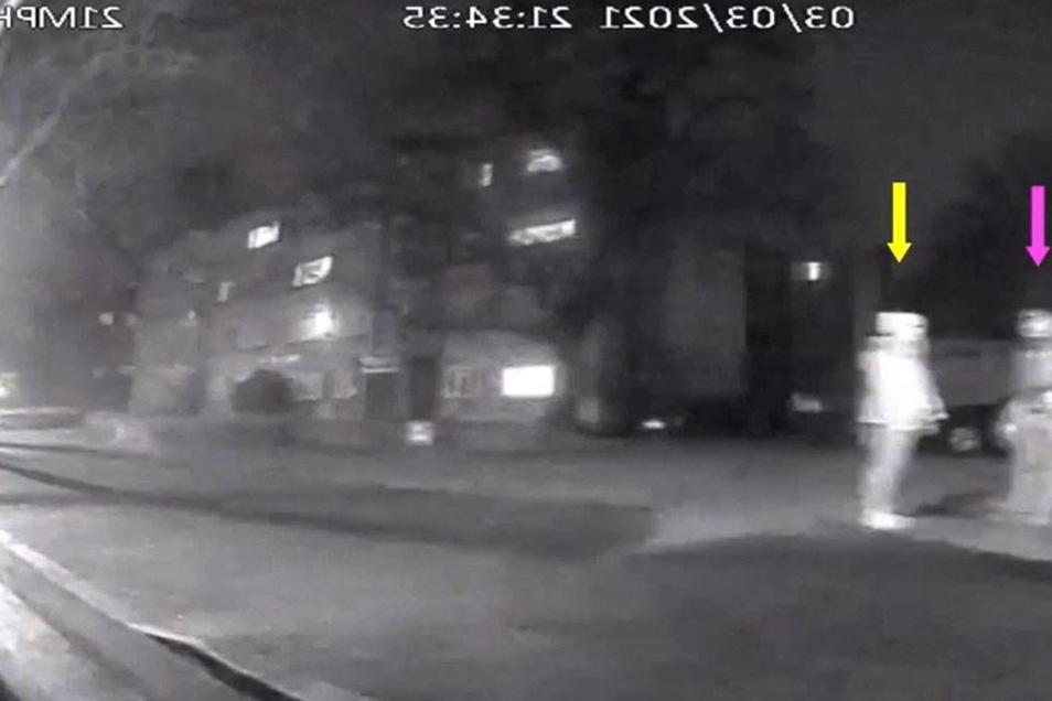 In diesem Videostandbild spricht ein 48-Jähriger Polizist mit Sarah Everard am Straßenrand in Poynders Court im Süden Londons. Diese Aufnahme eines Busses überführte den Mörder der 33-Jährigen.