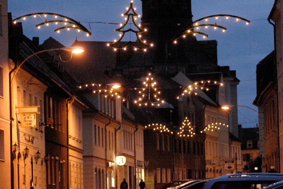Lichterketten werden bald wieder vorweihnachtlichen Glanz in Großenhains Straßen verbreiten - dieses Jahr wegen Corona für viele wohl nötiger als sonst.