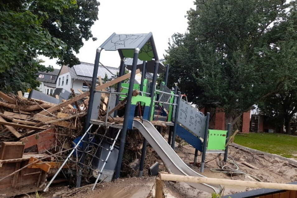 Völlig zerstört: der Spielplatz eines Kindergartens in Bad Neuenahr-Ahrweiler, der nach der Flut 2002 der Kita Röderau-Bobersen geholfen hatte.