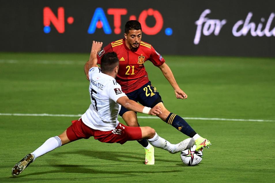 Ein Dynamo im Auswahl-Einsatz: Guram Giorbelidze (l.) versucht im WM-Qualifikationsspiel gegen Spaniem am 5. September Pablo Fornals zu stoppen.