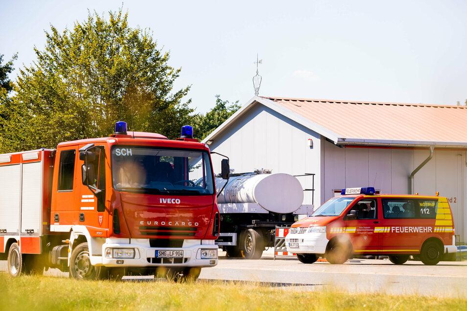 Ein Tankanhänger des Technisches Hilfswerkes (THW) mit Brauchwasser steht auf dem Hof der Freiwilligen Feuerwehr Lauenau. In der Gemeinde im Landkreis Schaumburg ist die Wasserversorgung nach warmen Tagen und während der Corona-Pandemie zusammengebrochen.