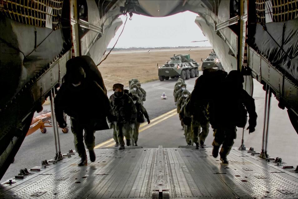Russische Friedenstruppen machen sich auf den Weg nach Berg-Karabach.