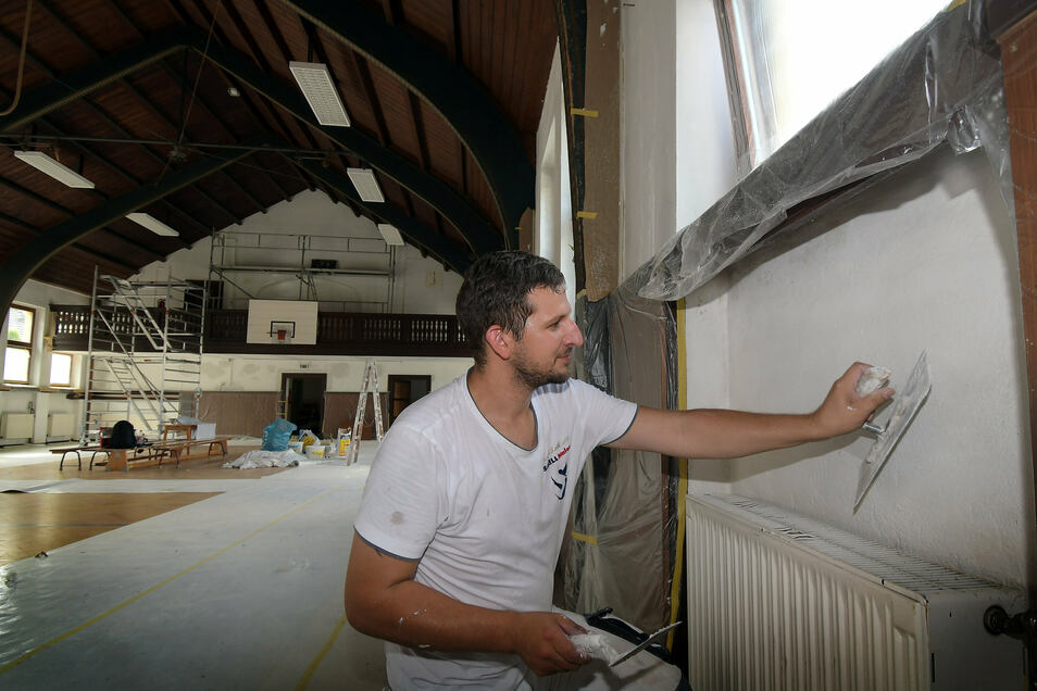 Derzeit arbeitet Maler Eric Schell in der Kriebethaler Turnhalle. Die soll neben einem neuen Anstrich nun auch bessere Sanitäranlagen bekommen.