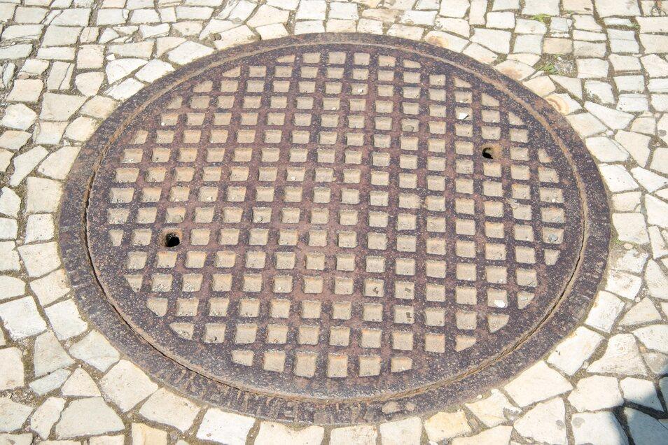 Dieser Einstiegsschacht zu Dresdens ältestem Kanal ist mit einem gusseisernen Deckel verschlossen, der über 140 Jahre alt ist.