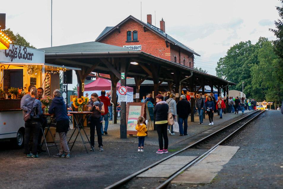 """Bereits am Freitag waren viele Besucher nach Bertsdorf gekommen. Sie sahen nicht nur die besonderen historischen Züge wie den """"neuen"""" Güterzug anno 1910, sondern auch die Angebote regionaler Händler von Töpferwaren bis Eisenbahnlektüre."""