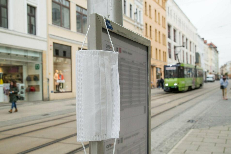 In den Görlitzer Bussen und Bahnen herrscht Maskenpflicht. Es ist zu erwarten, dass diese in den nächsten Tagen auf den gesamten öffentlichen Raum ausgeweitet wird.