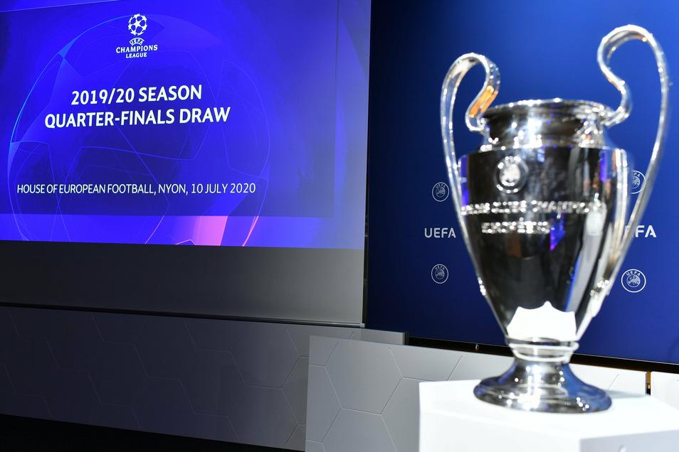 Die UEFA-Champions-League-Trophäe steht vor der Auslosung für das Viertelfinale der UEFA Champions League 2019/20 im UEFA-Hauptsitz auf einem Podest.