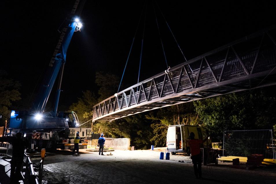 Hier schwebt sie ein, die neue Behelfsbrücke für Radler und Fußgänger.