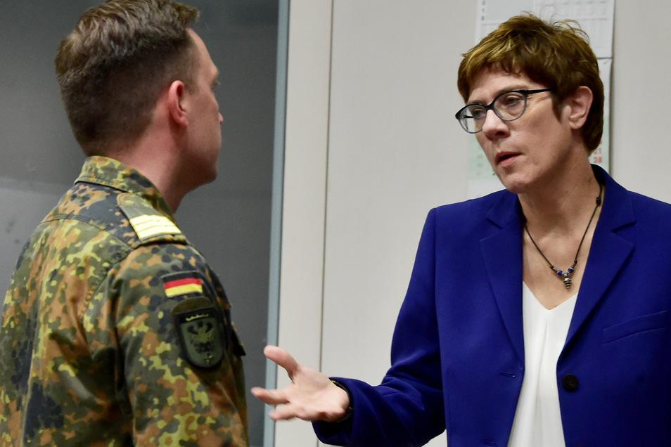 Bundesverteidigungsministerin Annegret Kramp-Karrenbauer wird Soldaten in Frankenberg besuchen.