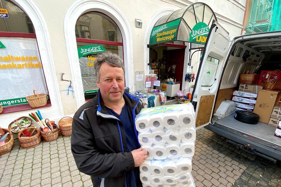"""Sven Junger darf seinen """"Jungers Laden"""" weiterhin offen halten - und hat sogar noch Toilettenpapier."""