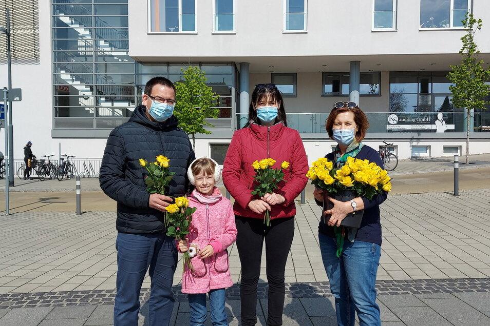 Bianca Erdmann-Reusch (re.) von der Frauen-Union beim Rosen-Verteilen in Radebeul-Ost.