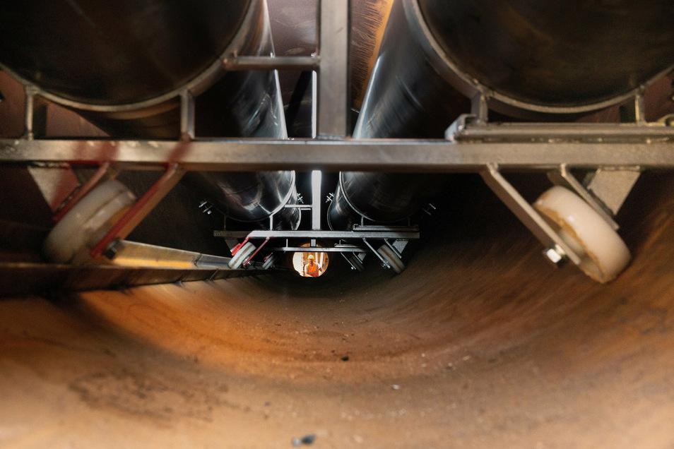 Während Tunnelbauer Sven Blumenstein am anderen Ende die neue Röhre inspiziert, liegen vorn bereits die ersten Fernwärmerohre darin.