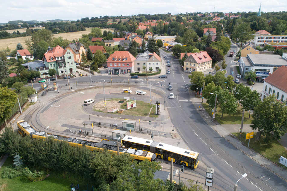 Hier am Ullersdorfer Platz musste die Konsum-Filiale im Einkaufszentrum (hinten rechts) vorübergehend schließen. Das Bild entstand im August 2019.