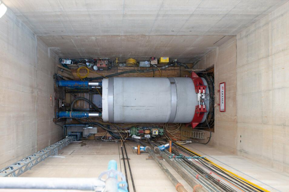 18 Meter tief ist diese Grube am Volksfestgelände. Hier drücken Hydraulikpressen den Bohrer voran und die Rohre in die Erde.