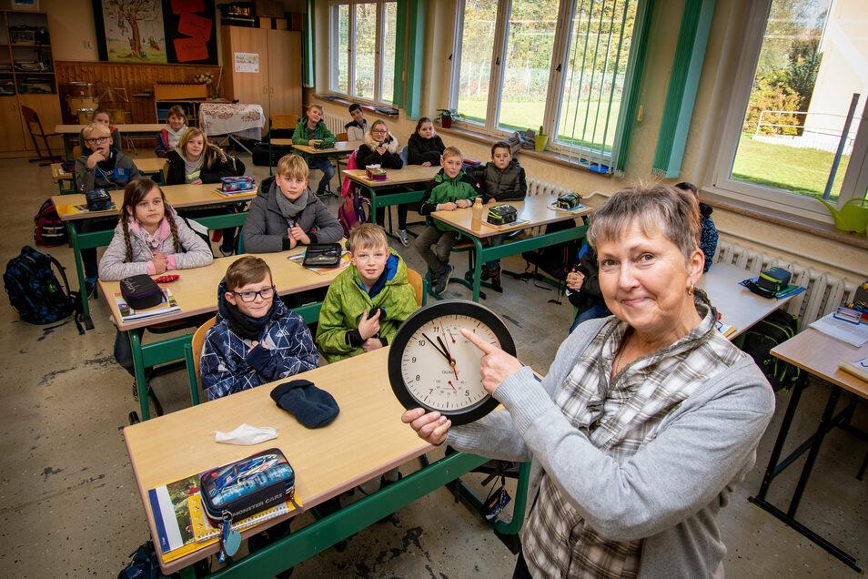 Petra Seidel, Leiterin der Grundschule in Mochau, achtet darauf: Nach 20 Minuten wird das Unterrichtszimmer gelüftet.