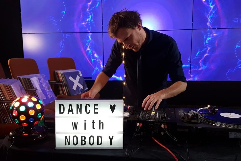 DJ !mauf legt Platten auf. Und Sie können dazu tanzen.