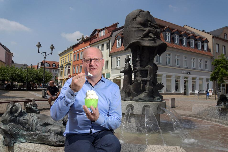 Eis? Na klar, aber bitte mit Sahne! Henning Homann lässt es sich an seinem Lieblingsplatz, am Stiefelbrunnen im Herzen seiner Heimatstadt gut gehen. Dass er genau dort sein Bürgerbüro hat, sei kein Zufall, sondern Absicht.