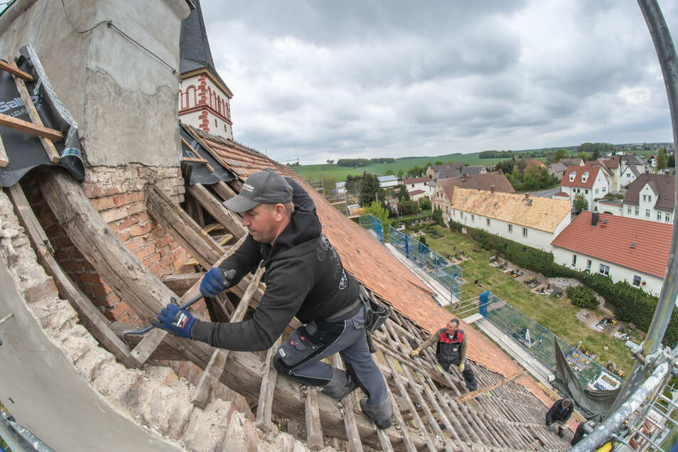 Maik Balzer von der Görlitzer Dachdeckerfirma Walkowiak & Brendle kümmert sich mit seinen Kollegen um das Dach der Kodersdorfer Kirche.