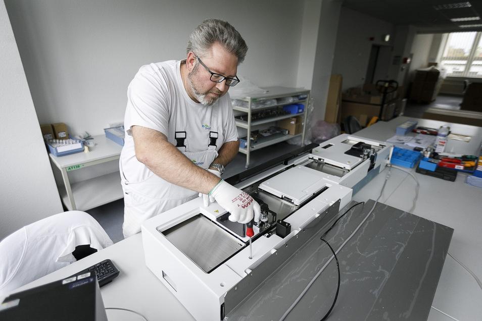 Das Gerät, das Rico Lattner fertig montiert, heißt Sampler 31. Es ist ein Zuführungsroboter für große medizinische Labore. Um ihn abzutransportieren, hat Partec einen neuen Aufzug gebaut. Foto:Nikolai Schmidt