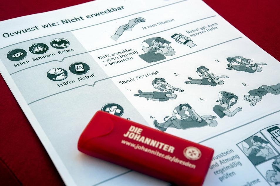 Kurz und simpel: So geben Handzettel Tipps für die häufigsten Notlagen. Auch eine Box mit Pflaster macht sich gut in jeder Tasche.