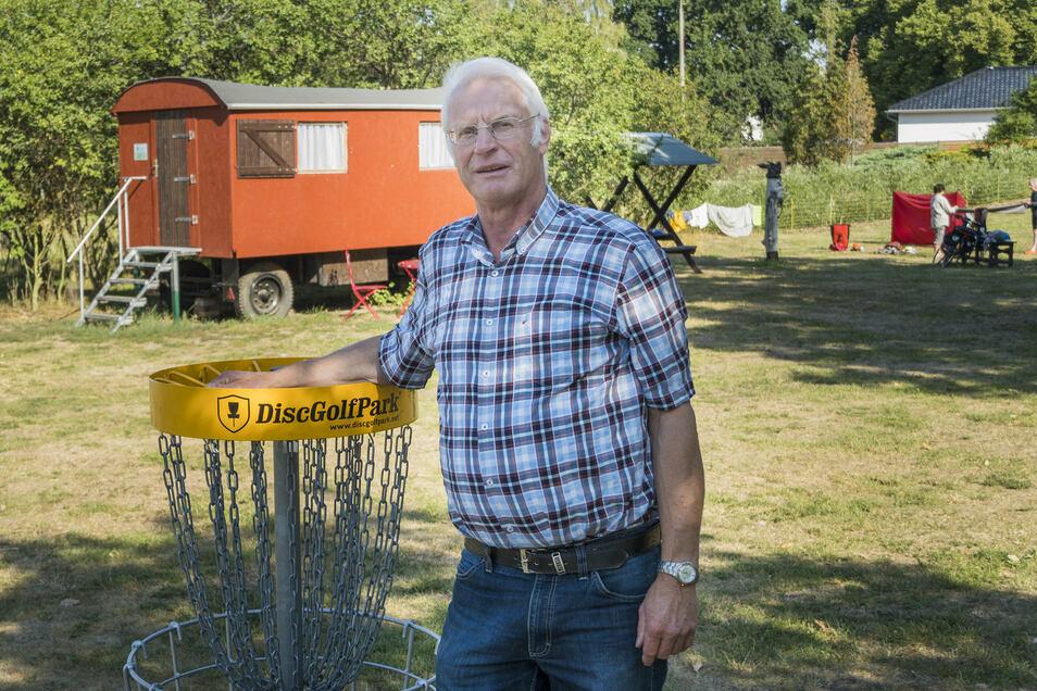 Platzwart Roland Wandelt auf dem Campingplatz in Göhlis. Discgolf darf während der Saison nicht gespielt werden – damit die fliegenden Scheiben keine Gäste verletzen oder Wohnwagen beschädigen.
