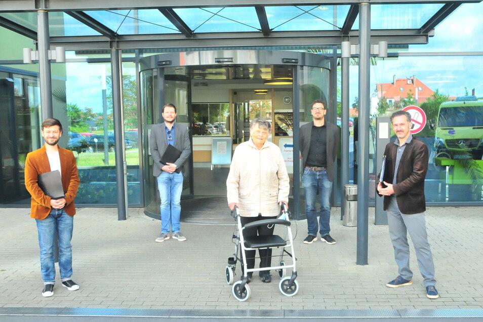 Bass Philipp Brömsel, Bass Johannes Weinhuber, Tenor Falk Hoffmann und Tenor Oliver Kaden vom MDR Rundfunkchor mit der ehemaligen Reha-Patientin Renate Jurack in Großenhain.