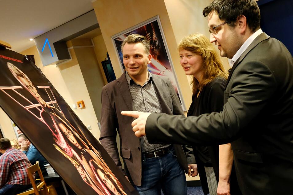 """Das waren noch Zeiten: Meißens Kinochef Alexander Malt bei der Premiere von """"Drei Engel für Charlie"""" mit Moritzburger Komparsen. Jetzt hofft der Filmpalast auf einen Neustart spätestens im neuen Jahr."""