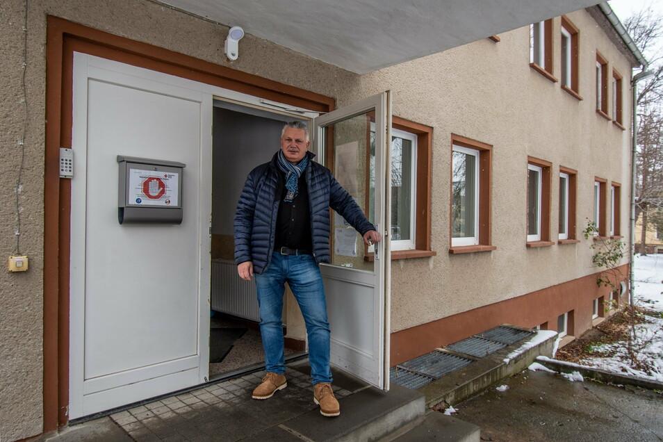 Tino Gaumnitz steht im Eingangsbereich der Döbelner Rettungswache.