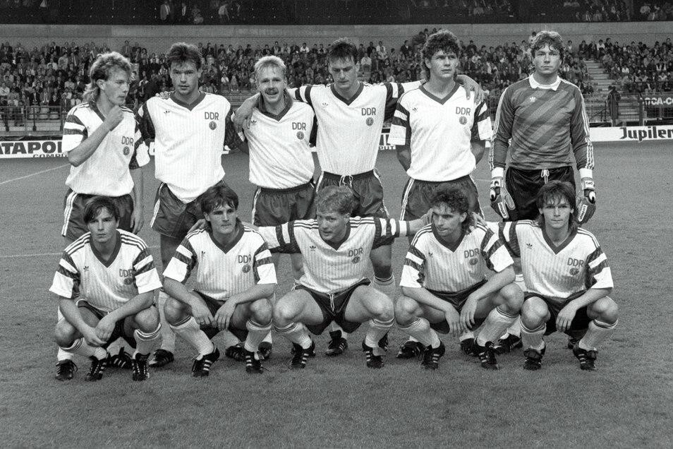 Das letzte Aufgebot der DDR beim Länderspiel in Belgien. Mit dabei Uwe Rösler (stehend, 2. v. l.) , der danach zu Dynamo Dresden wechselte, sowie Jörg Stübner (u. links) und Matthias Sammer (u. Mitte).