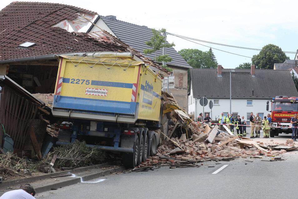 Das Haus stürzte ein, der LKW-Fahrer verstarb noch an der Unfallstelle im Fahrerhaus.