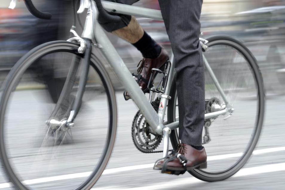Wer mit dem Fahrrad fährt, darf bis zu 1,6 Promille Alkohol intus haben. Der Angeklagte hatte deutlich mehr, stand zudem unter Drogen, so dass er schuldunfähig war. Verurteilt wurde er trotzdem.