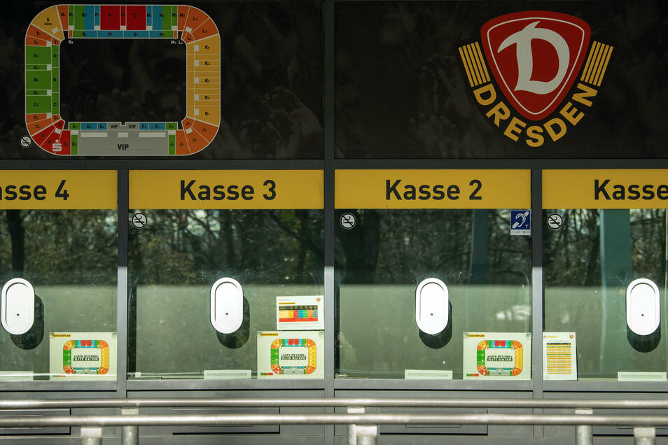 """Die Kassen am Rudolf-Harbig-Stadion in Dresden sind geschlossen. Ob es nach dem 30. April tatsächlich auch in der 2. Fußball-Bundesliga mit """"Geisterspielen"""" weitergeht, vermag niemand zu sagen."""