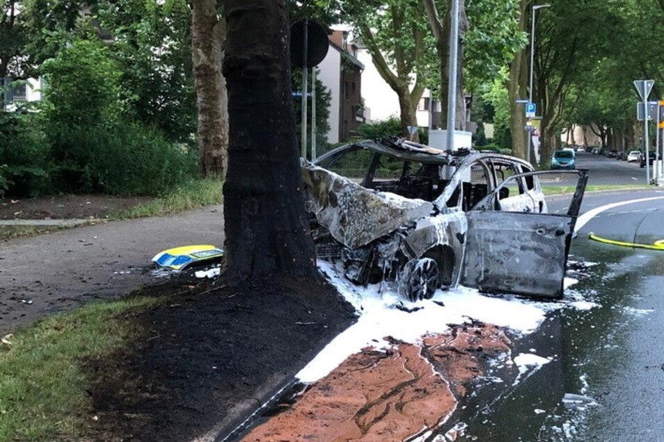 Der verbrannte und völlig zerstörte Streifenwagen: Aus diesem Wrack retteten Helfer zwei verletzte Polizisten.