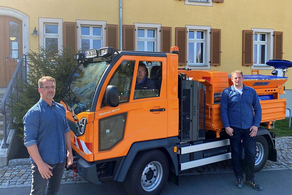 Dieser Schnappschuss vom nagelneuen Bauhof-Multicar entstand vor dem Bernsdorfer Rathaus. Im Bild zu sehen sind Bauamtsleiter Dirk Lieback (v.l.) sowie die beiden Bauhof-Mitarbeiter René Gebauer und Marcus Braniek.