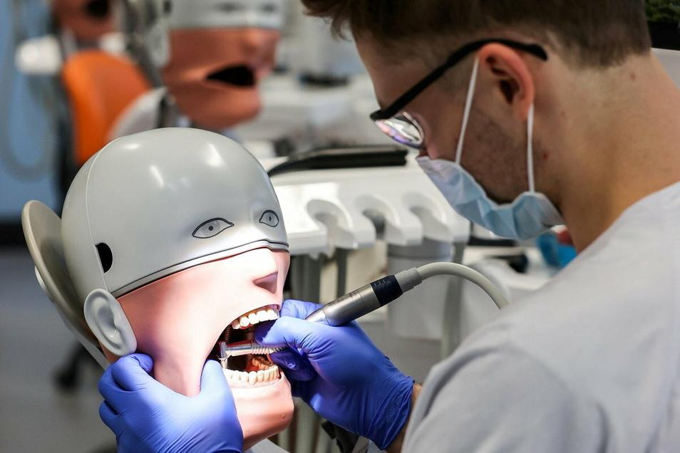 Die Zahnarztausbildung an der Uni Leipzig läuft auch in Coronazeiten weiter. Student Johann Dörschner übt keimfrei am Phantompatienten.