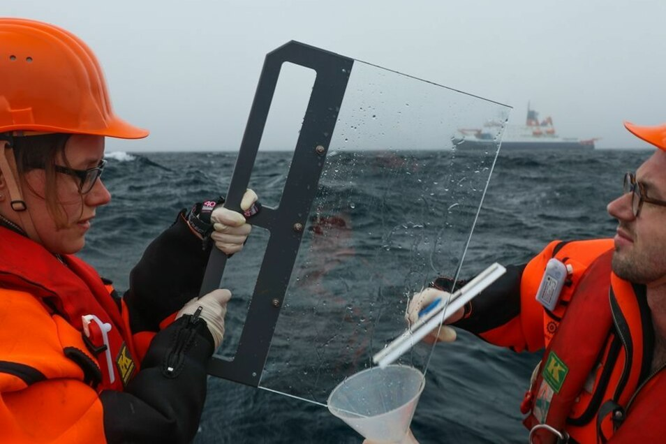 Manuela van Pinxteren und Sebastian Zeppenfeld vom Leipziger Tropos-Institut nehmen im Schlauchboot etwa 500 Meter von der Polarstern entfernt Wasserproben. Wasserdichter Überlebensanzug und Rettungsweste sind dabei Pflicht. Die Forscher fangen biologisch