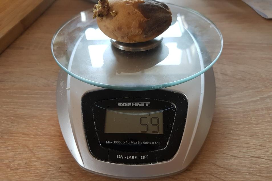 Eine einzige runzlige (da vor Tagen von der Tochter angeschälte) Kartoffel wiegt schon 59 Gramm.
