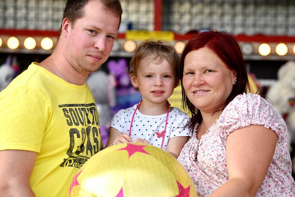 Familie Arlt aus Großschönau war beim Büchsenwerfen erfolgreich und freute sich über einen großen Ball.