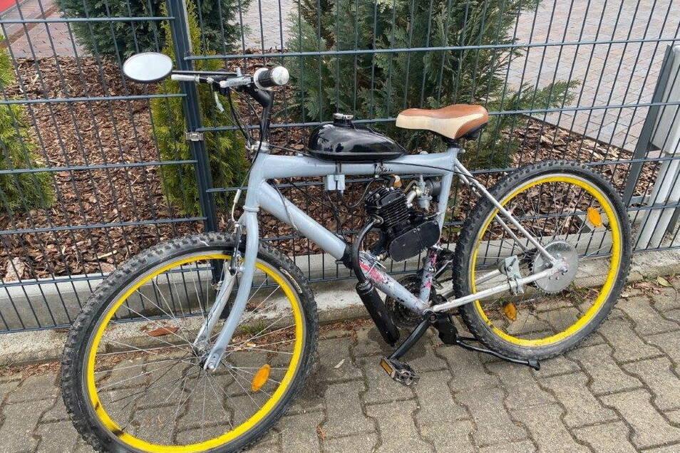 Der Besitzer dieses Fahrrades ist offenbar des Tretens müde. Er baute einen Motor mit Benzintank an den Rahmen.