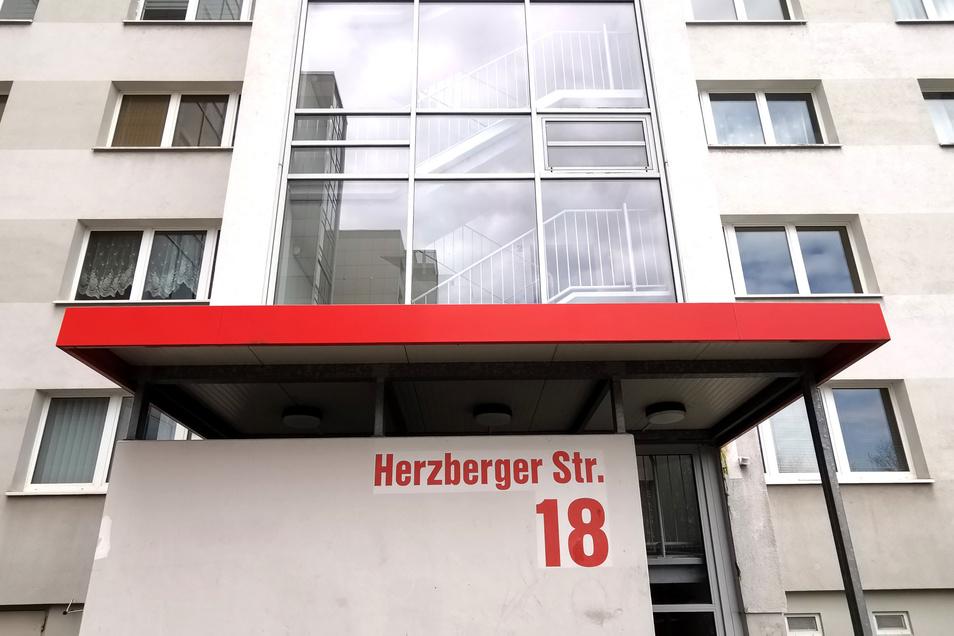 Plattenbau Herzberger Straße in Prohlis wohnt das Paar.