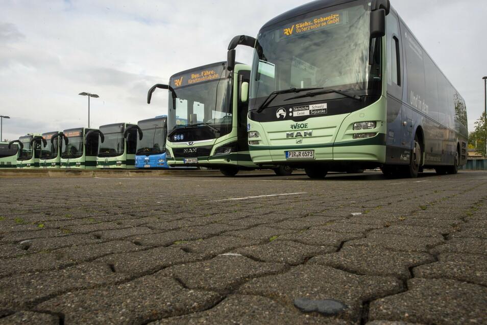 Die Zahl der Fahrgäste in Bussen und Bahnen liegt weit unter dem Plan.