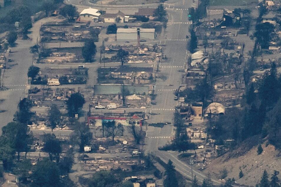 Vom Feuer zerstörte Gebäude sind in Lytton, British Columbia, zu sehen.
