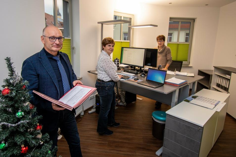 OFM- und AZV-Geschäftsführer Frank Lessig und die Mitarbeiterinnen Heike Kraft und Annett Speer fühlen sich wohl in den neuen Büros über der Sparkasse in Roßwein.