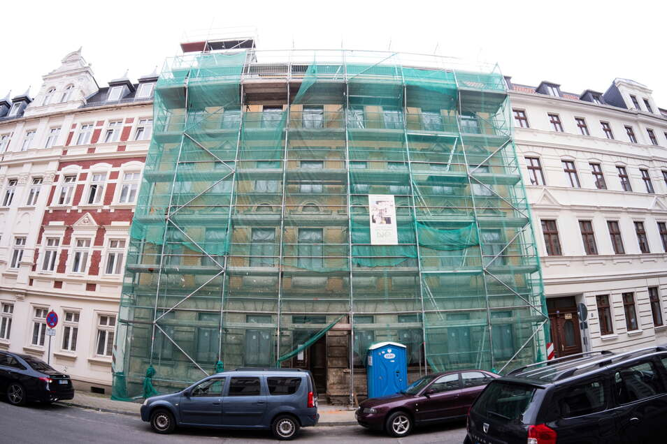 Das Haus Jauernicker Straße 25 präsentiert sich von außen eingerüstet und unsaniert, die Fenster sind aber schon neu.
